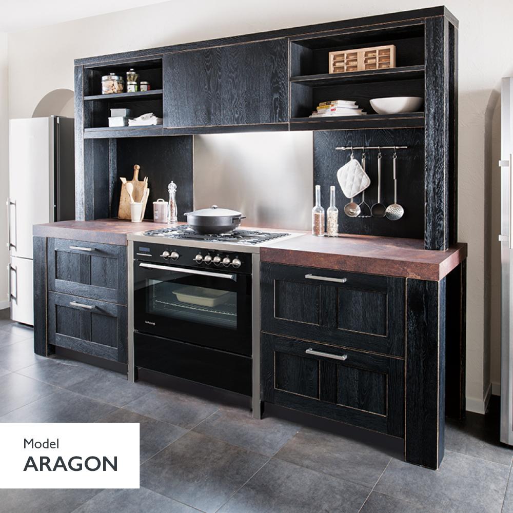 Klassisk sort træ køkken i landlig stil