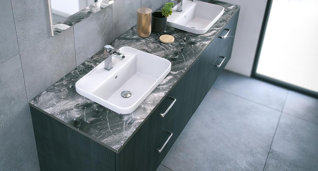 Badmøbel med marmor bordplade