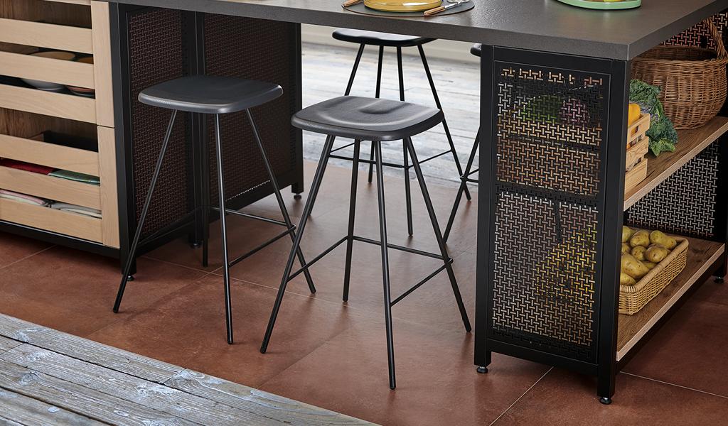 Sort barstol i enkelt design