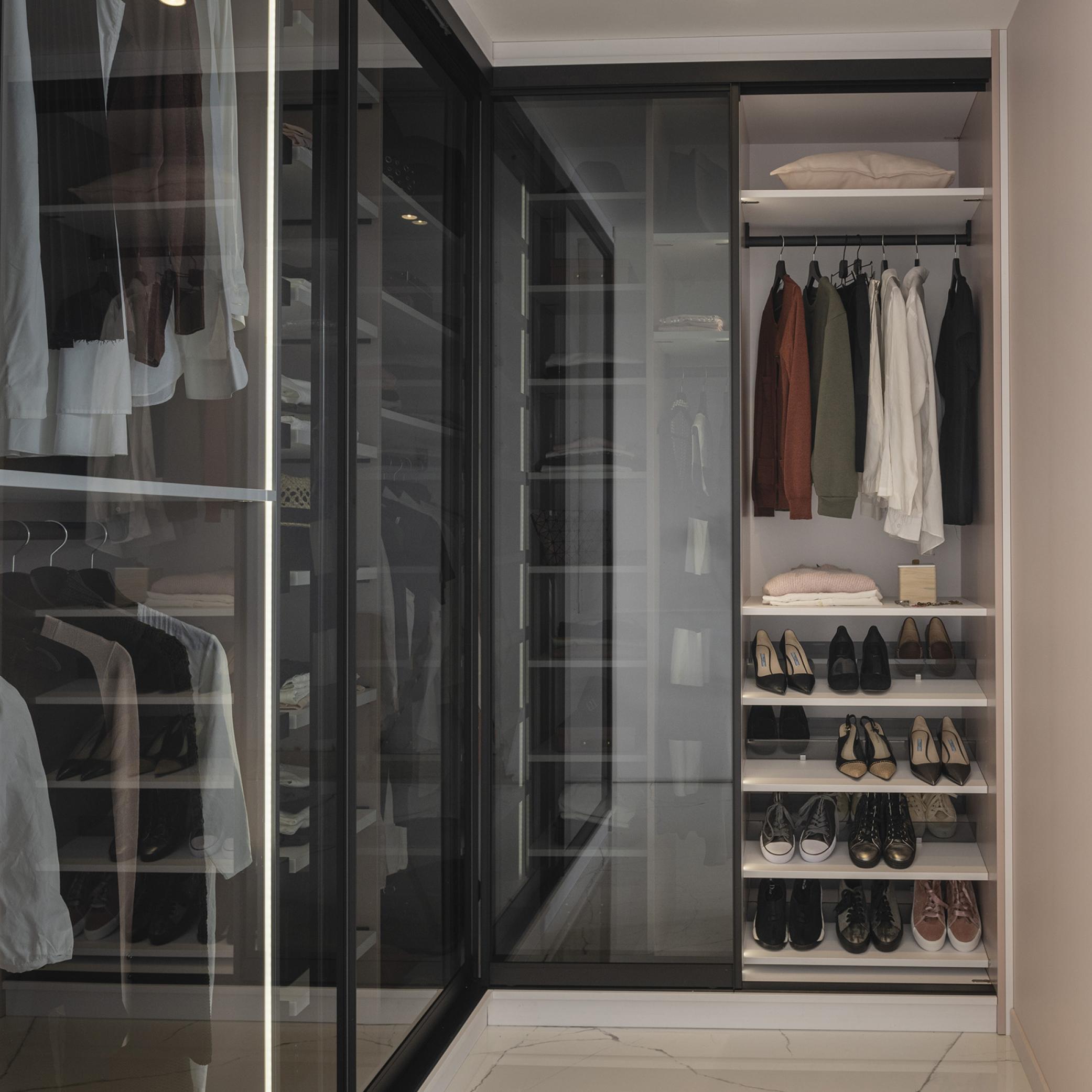 Garderobe med skydedører i glas